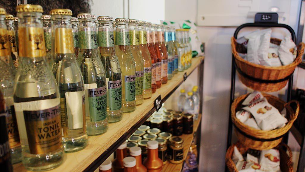 Bild på hylla med tonicflaskor.
